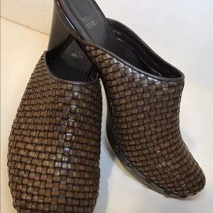 Stuart Weitzman SZ 8.5 woven leather clogs mules